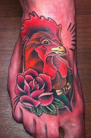 tatuajes en los pies para hombres gallo