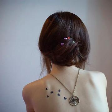 tatuajes pequeños en la espalda de aves