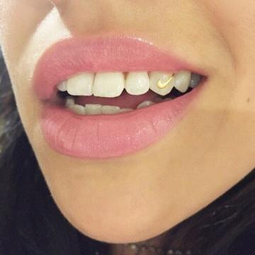 piercing en los dientes para mujer