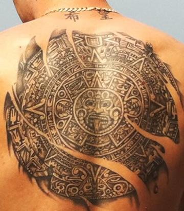 tatuajes de calendario azteca en espalda
