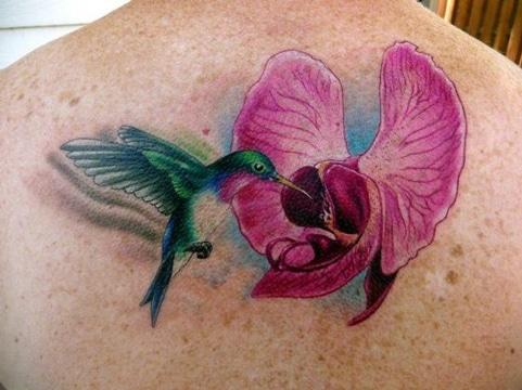 tatuajes de colibries en 3d con flor