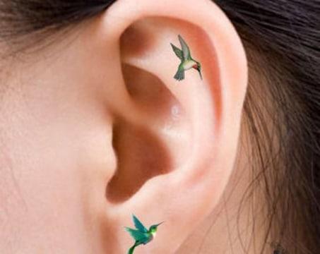 tatuajes de colibries para mujer en oreja