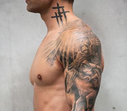 tatuajes de cruz en el cuello para hombre