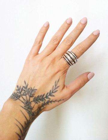 tatuajes de enredaderas para mujeres pequeñas