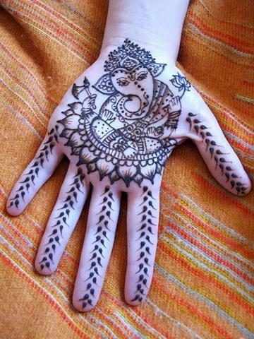 tatuajes de ganesha en mujeres en mano