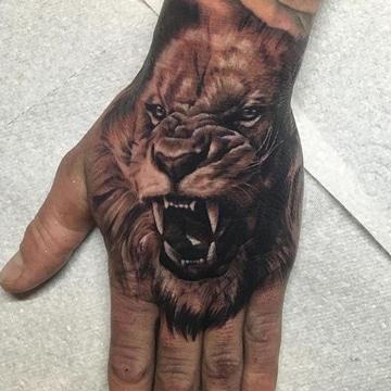 tatuajes de leones en la mano rugiendo
