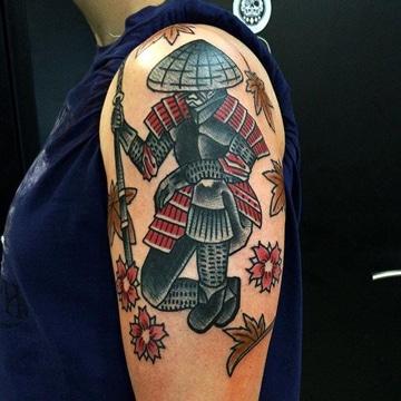 tatuajes de samurai en el brazo con armadura