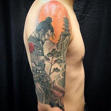 tatuajes de samurai en el brazo con paisaje