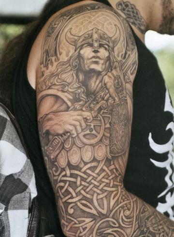 tatuajes de vikingos en el brazo masculinos