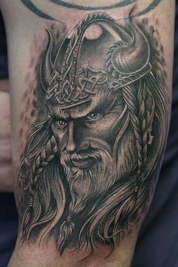 tatuajes de vikingos en el brazo negros