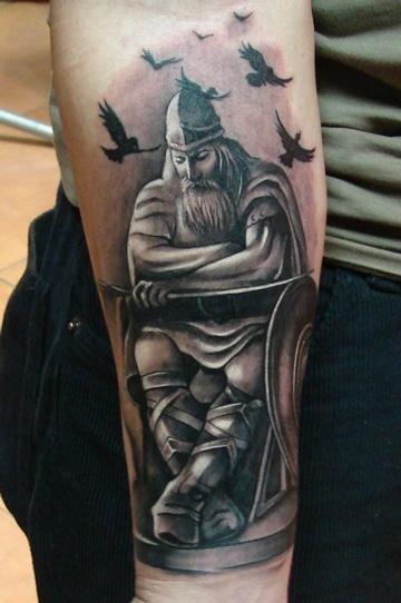 tatuajes de vikingos en el brazo pensativos