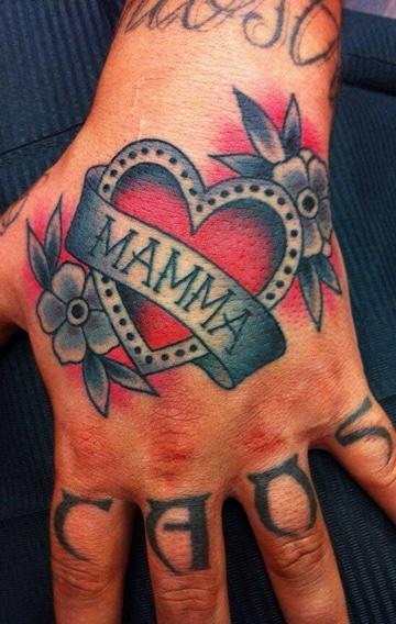 tatuajes dedicados a madres en mano