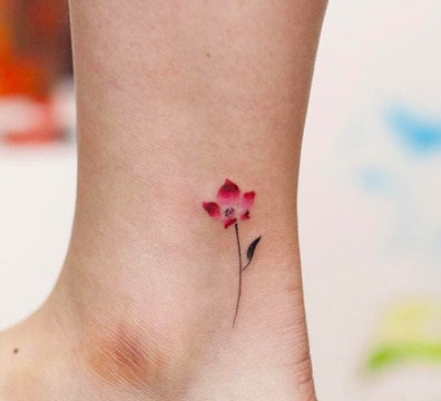 tatuajes en tobillos para mujer flor sencilla