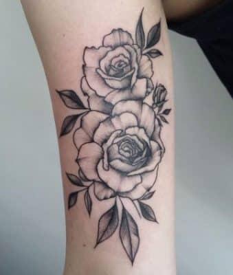 significado de rosas en tatuajes negras