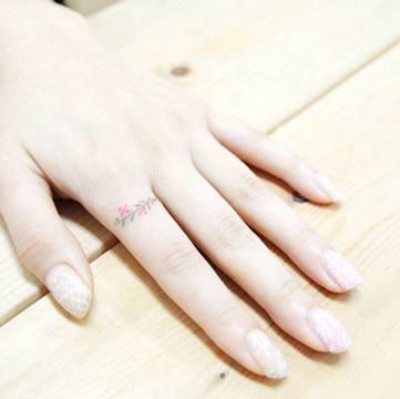 tatuajes de anillos para mujeres con flores