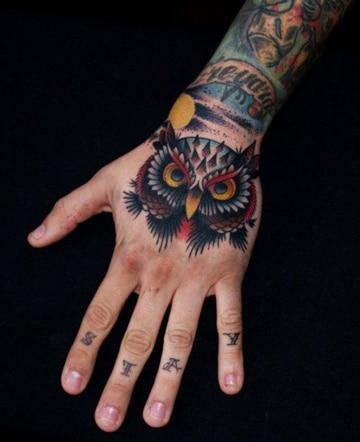 tatuajes de buhos en la mano a color