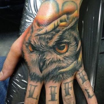 tatuajes de buhos en la mano para hombres
