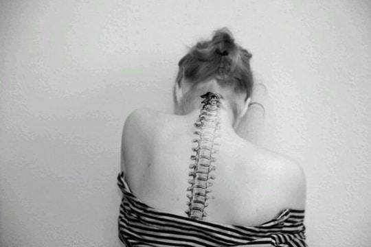 tatuajes de columna vertebral en espalda
