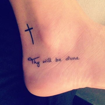 tatuajes de cruces pequeñas con frase