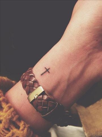 tatuajes de cruces pequeñas en muñeca
