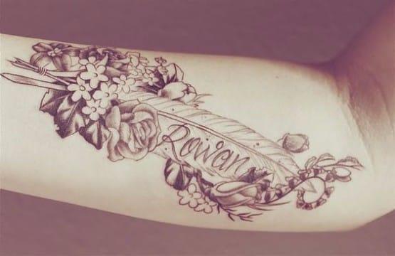 tatuajes de flores con nombres en brazo