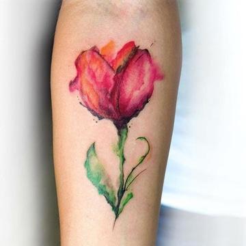 tatuajes de flores en el brazo para mujeres acuarela