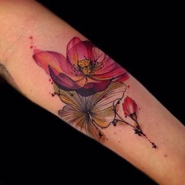 tatuajes de flores en el brazo para mujeres grandes