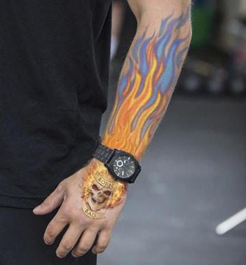 tatuajes de llamas en el brazo con calavera