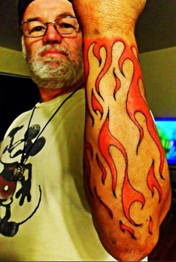 tatuajes de llamas en el brazo para hombres