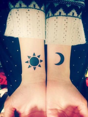 tatuajes de lunas pequeñas en muñeca