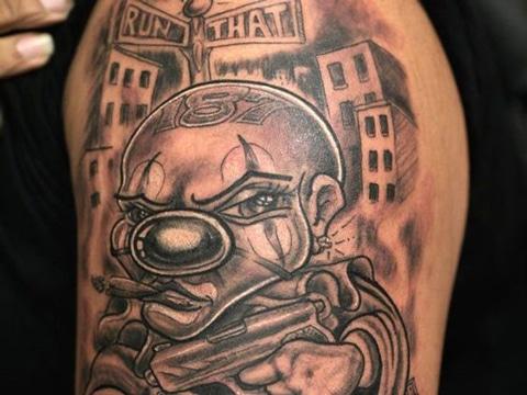 tatuajes de payasos diabolicos en brazo