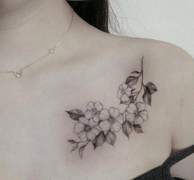 tatuajes de rosas en el pecho para mujeres