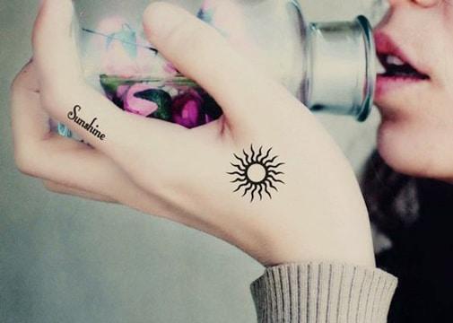 Finos Y Simbolicos Tatuajes De Soles Pequeños
