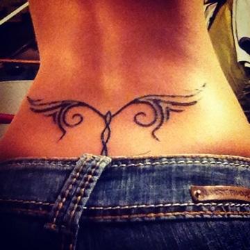 tatuajes en espalda baja para mujeres discretos