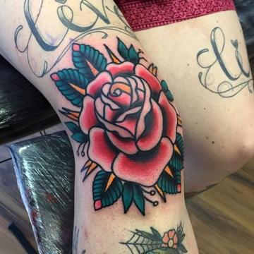 tatuajes en la rodilla para mujer de flor