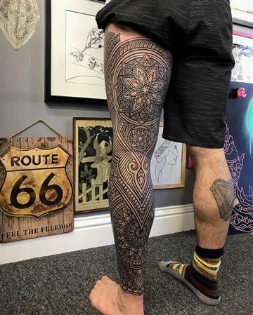 tatuajes maories en la pierna completa