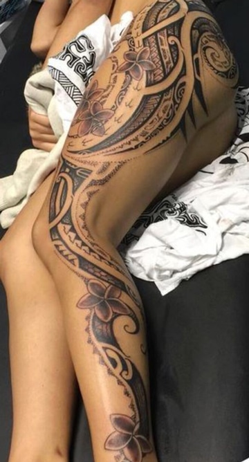 tatuajes maories en la pierna con flores