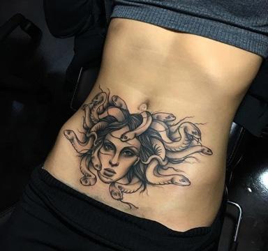 tatuajes para mujeres en la barriga de medusa