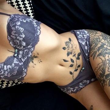 tatuajes para mujeres en la barriga florales