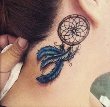 tatuajes atrapasueños indios en cuello