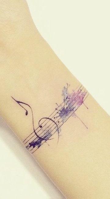 tatuajes con notas musicales en pentagrama