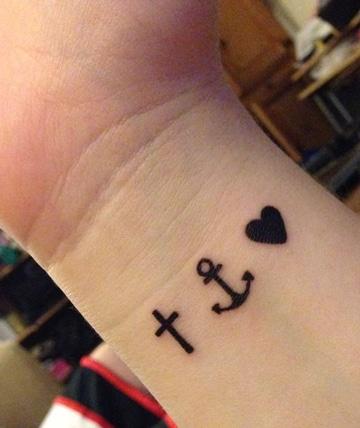 tatuajes de anclas en la muñeca simples