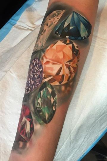 tatuajes de diamantes en 3d en brazo