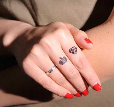 tatuajes de diamantes en la mano femeninos