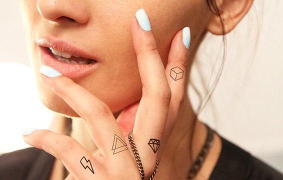 tatuajes de diamantes en la mano lineas finas