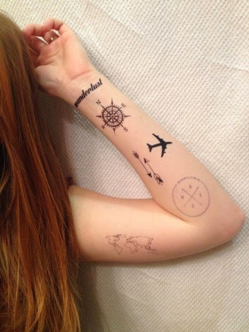 tatuajes de mapas y brujulas en brazo