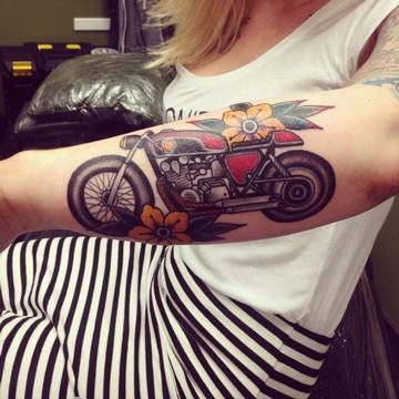 tatuajes de motos para mujeres en brazo