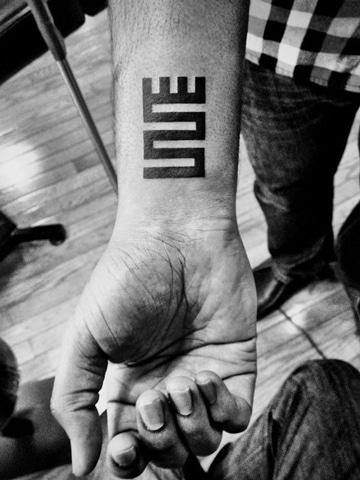 tatuajes de muñeca para hombres lineal