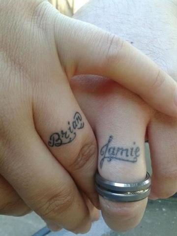tatuajes de nombres en los dedos novios