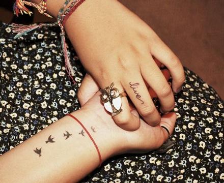 tatuajes de palomas en la muñeca femeninos